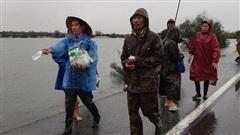 Lũ lụt bủa vây, hàng trăm người dân Quảng Bình ra đường tránh QL1A xin cứu trợ