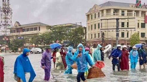 Người dân TP Hà Tĩnh đổ xô ra đường bắt cá