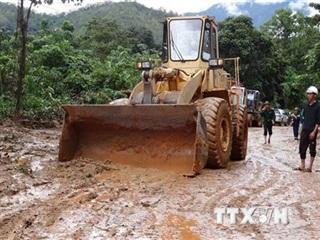 Huy động phương tiện khắc phục sạt lở, đảm bảo giao thông miền Trung