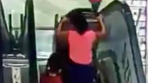 Mẹ lúi húi thử đồ trong cửa hàng, hai chị em ngã lộn nhào xuống thang cuốn