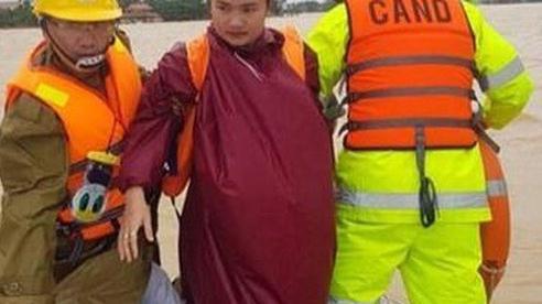 Công an Quảng Bình giải cứu 4 người bị lật thuyền chới với giữa biển nước