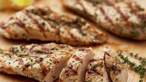 WHO cảnh báo thịt gà bổ dưỡng nhưng có thể 'gây họa' chỉ vì thói quen đơn giản này: Hàng triệu trường hợp ngộ độc thực phẩm và hàng nghìn ca tử vong chỉ riêng tại Hoa Kỳ