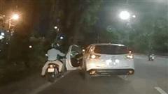 CX5 nghi đâm ngã 2 xe máy rồi bỏ chạy, người đàn ông đuổi theo bị tài xế vung gậy đập đầu