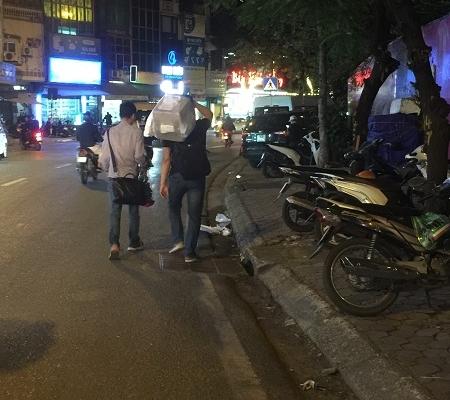 Không có vỉa hè, người đi bộ tràn xuống lòng đường