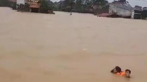 Trên đường đi cứu trợ, Công an ở Quảng Bình đã cứu sống thành công 4 người dân bị lật thuyền