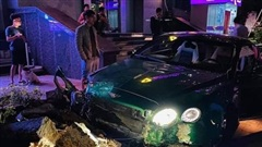 Siêu xe Bentley xanh lá 25 tỷ đồng bị nát đầu, bung túi khí giữa Hà Nội