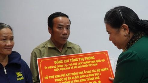 Phó Chủ tịch thường trực Quốc hội thăm, tặng quà hỗ trợ người dân chịu ảnh hưởng mưa lũ