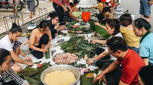 Người dân TP.HCM nấu 5.000 bánh chưng, bánh tét gửi vùng lũ miền Trung