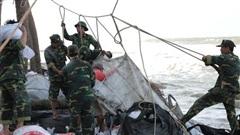 Gần 1.000 lượt người chung tay ngăn sạt lở, 'cứu' bờ biển Cửa Đại