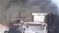 Xe container bốc cháy ngùn ngụt trên cầu Đồng Nai, tài xế đạp cửa thoát thân