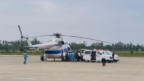 Quảng Trị: Trực thăng tiếp cận đưa 2 người bị thương nặng khi giúp dân đi cấp cứu