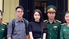 Matt Liu hộ tống Hương Giang thăm và trao quà cho gia đình các chiến sĩ hy sinh vì bão lũ