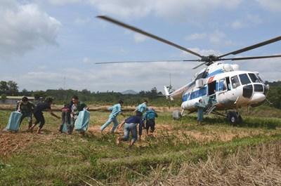 Sư đoàn 372 bay tiếp tế lương thực cho nhân dân vùng lũ Quảng Trị