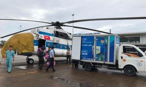 Trực thăng đưa 2 lãnh đạo xã bị thương nặng trong lúc cứu dân trong vùng lụt cô lập đi cấp cứu