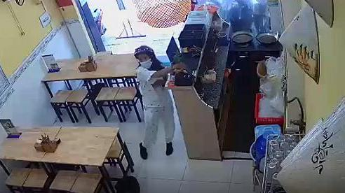 Video: Cô gái đi vespa, ăn mặc tươm tất vào cửa hàng bún đậu trộm điện thoại