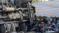 Ô tô tải mất thắng lao xuống dốc, lùa hàng loạt xe máy rồi lật nghiêng khiến nhiều người kinh hãi