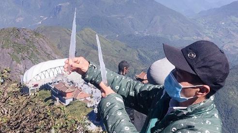 Băng giá xuất hiện trên đỉnh Fansipan cực hiếm vào tháng 10, dự báo một mùa đông khắc nghiệt