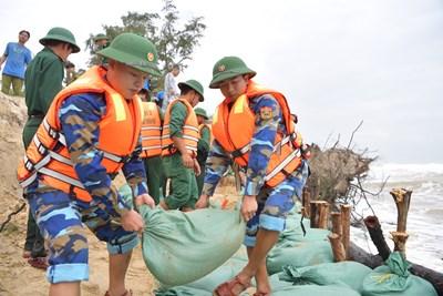 Bộ đội Biên phòng Thừa Thiên-Huế giúp dân gia cố bờ kè trước khi bão số 8 đổ bộ
