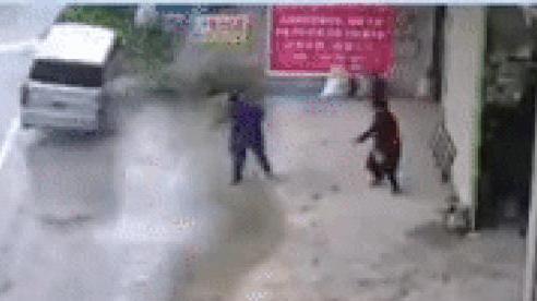 Đang đứng nói chuyện, hai người đàn ông hú vía với màn 'khiêu vũ trên không' của lái xe tải