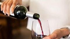 Hi hữu: Khách hàng gọi chai rượu giá rẻ bất ngờ được dùng loại đắt nhất 2.000 USD