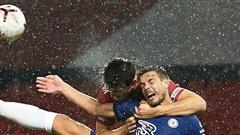 Maguire chơi trò 'đấu vật', MU thoát penalty ở trận hòa Chelsea