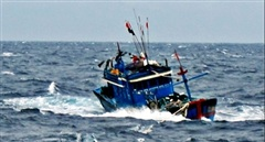 Sóng đánh lật thuyền máy một ngư dân mất tích