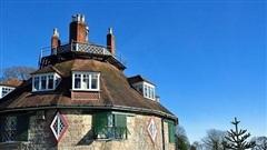 Kỳ lạ lâu đài cổ 16 mặt đầy ánh nắng mặt trời ở Anh