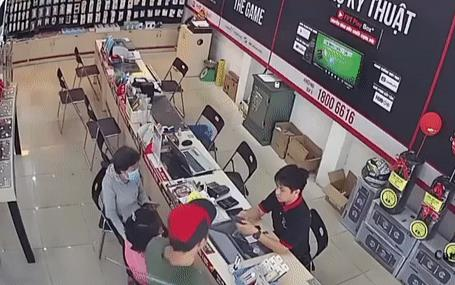 Clip: Bức xúc cảnh người đàn ông xăm trổ cầm gậy đập thẳng vào đầu nhân viên sửa điện thoại
