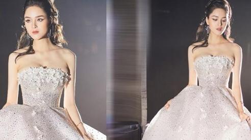 Á hậu Hoàng Anh tỏa sáng lộng lẫy trong bộ váy cưới đính pha lê Swarovski kì ảo
