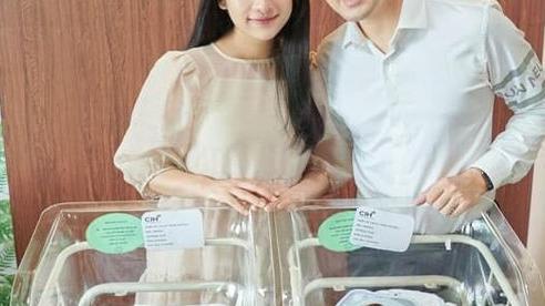 Dương Khắc Linh cùng bà xã hé lộ diện mạo của 2 quý tử song sinh