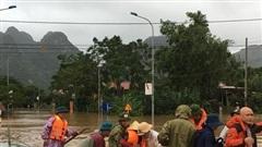 Đội phó CSGT Quảng Bình dầm mình cứu dân trong lũ dữ 'xin lỗi vợ vì bận bồng bế bao người phụ nữ khác' trong ngày 20/10