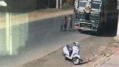 Kinh hoàng khoảnh khắc cậu bé cuốn vào gầm xe tải và cái kết đầy bất ngờ khi tài xế dừng xe