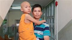 Lời khẩn cầu của bé trai 8 tuổi bị ung thư hạch ác tính: 'Con sợ chết lắm, con không muốn xa bố mẹ đâu'