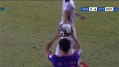 Hồng Duy bị ném bóng thẳng mặt: Bóng đá chúng ta đang chơi có luật không?