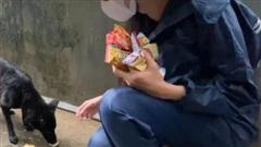 Hình ảnh dễ thương của Thủy Tiên trong lúc đi miền Trung lần đầu được tiết lộ khiến ai cũng xuýt xoa