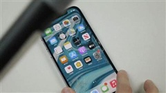 Cư dân mạng 'tiếc đứt ruột' khi xem các YouTuber phá nát iPhone 12