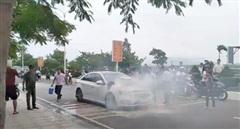 Đang chạy trên đường, ô tô bất ngờ bốc cháy