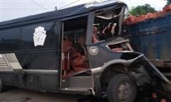 Xe tải chở gạch tông trực diện xe khách, 2 tài xế tử vong trong cabin