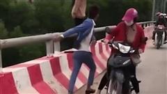 Clip: Nam thanh niên lao tới kéo tay, cứu người phụ nữ có ý định nhảy cầu