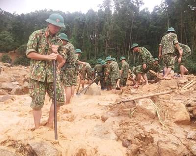 Dầm mưa, đội gió, lội bùn tham gia tìm kiếm cứu nạn đồng đội