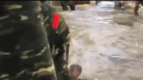 Tin tức đời sống mới nhất ngày 26/10/2020: Xót xa cảnh bé trai bơi giữa dòng nước lũ nhận đồ cứu trợ