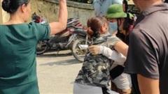 Người nhà nữ sinh Học viện Ngân hàng lên cơn co giật khi thi thể con được vớt lên