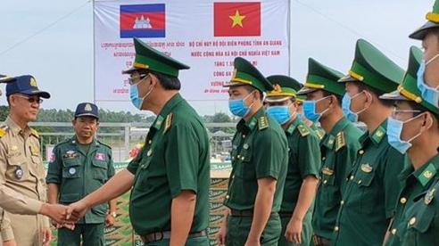 Trao tặng 3.000 thùng mì tôm cho 2 tỉnh thuộc nước bạn Campuchia bị ảnh hưởng bởi mưa lũ