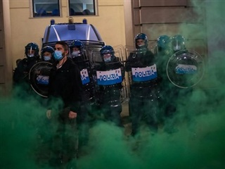 Italy: Người biểu tình phản đối biện pháp hạn chế đụng độ với cảnh sát