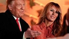 Vợ Tổng thống Trump nắm chặt tay chồng xuất hiện rạng ngời tiếp tục chứng minh 'không có chuyện dùng người đóng giả'