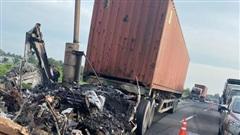 Hai xe container cháy rụi trên cao tốc TP.HCM- Trung Lương