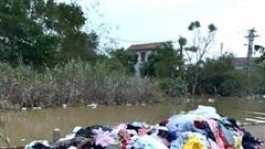 Hình ảnh quần áo từ thiện miền Trung bị vứt ngổn ngang khiến cộng đồng mạng xôn xao