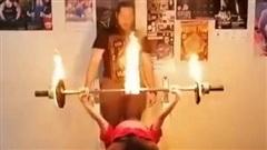 Nữ sinh Nga lập kỷ lục nâng tạ đang cháy