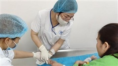 Bé 7 tháng tuổi bỏng nặng vì bình sữa nóng đổ vào người