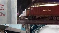 Xót xa cảnh người dân miền Trung làm mọi cách giảm thiệt hại của bão số 9